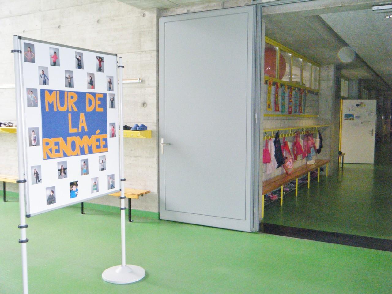 Le mur se trouve à l'extérieur de la classe, à la vue de tous!