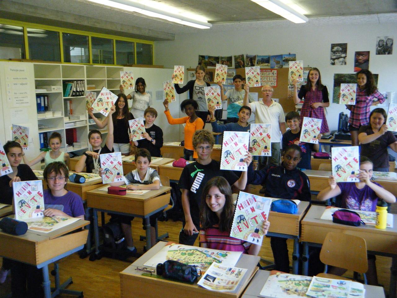 Les élèves de la classe avec leur exemplaire en main