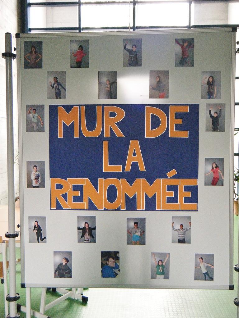 Ce mur présentant tous les élèves dans une pose de «champion» se remplira de médailles au fil des jours.