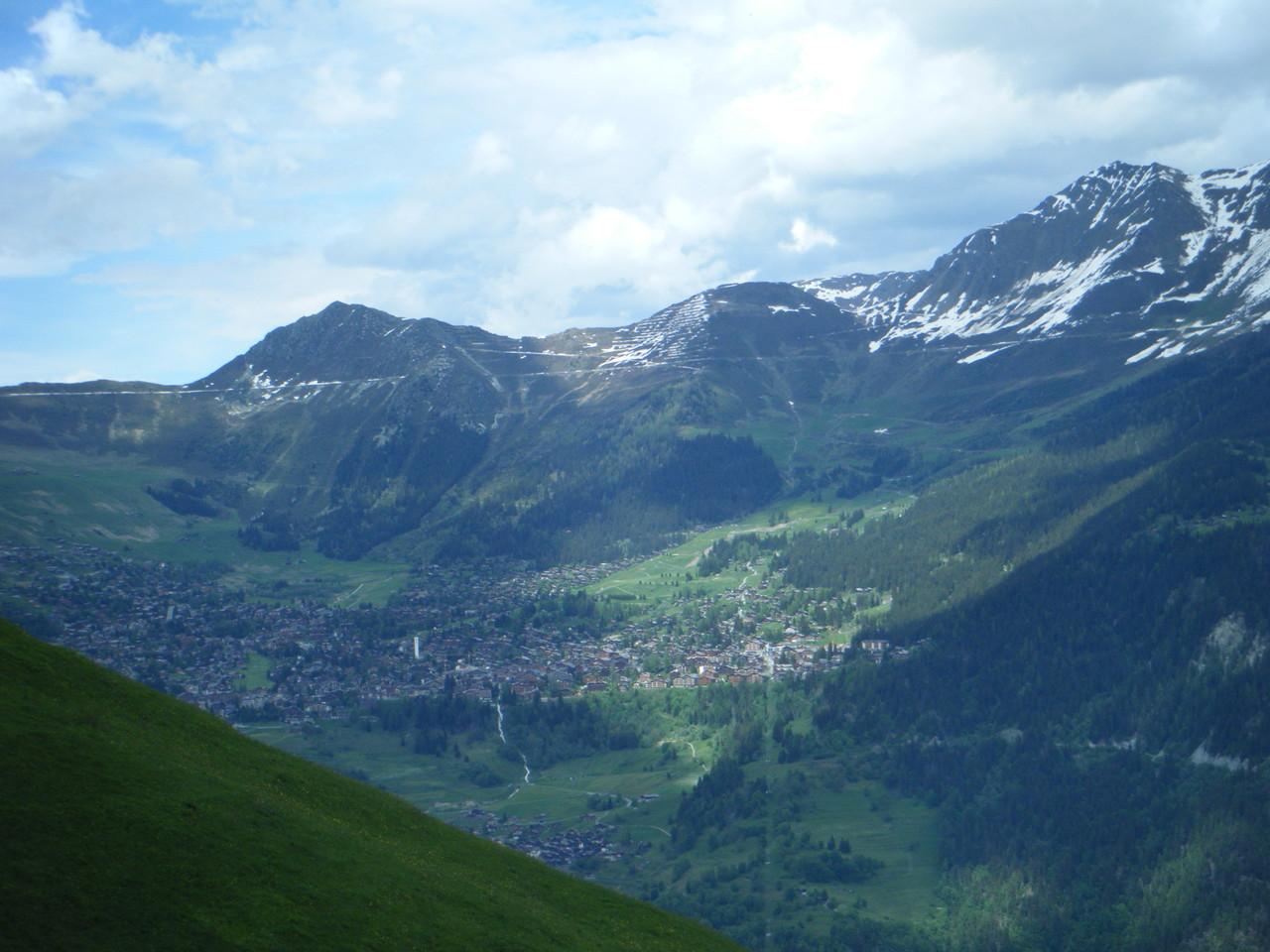Vue sur le village de Verbier, qui se trouve sur la montagne opposée au chalet