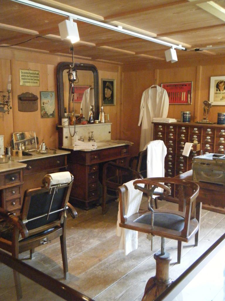 Reproduction d'un salon de coiffure pour homme d'époque