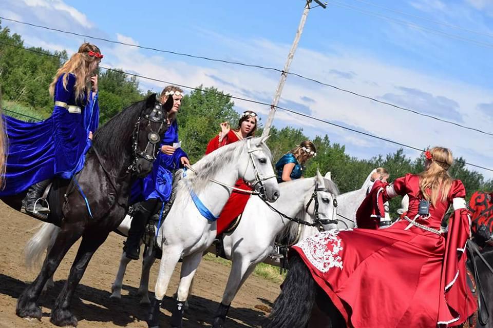 Les écuyères de la troupe au Festival St Lazare au galop