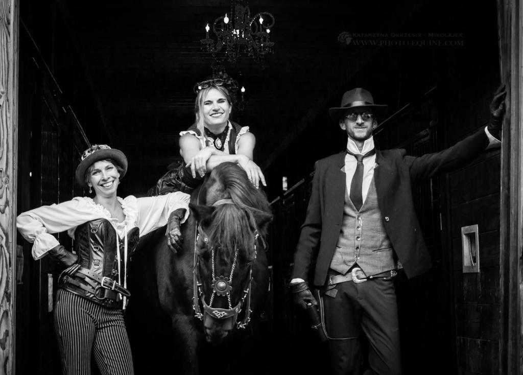 De gauche à droite, Lenka costumière et écuyère, Samuelle et Fabien