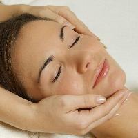 Kosmetik, Frau mit Hände im Gesicht