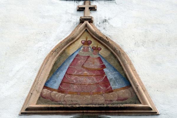 Ein Fresko der Muttergottes von Maria Luschari befindet sich an der Außenfassade der Kirche