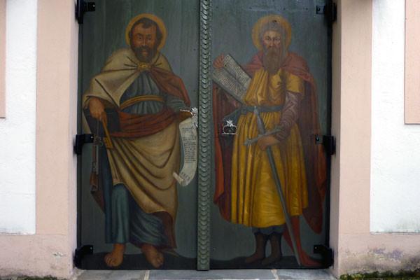 Petrus und Paulus am Eingangstor der Kirche
