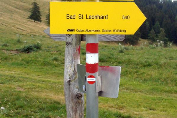 Markierungen entlang des Weges