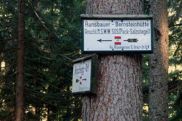 Ein Wegweiser der uns den Weg zur Bernstein Hütte zeigt