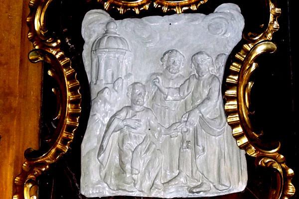 Eine Reliefdarstellung an der Kanzelaußenwand zeigt die Schlüsselübergabe an Petrus