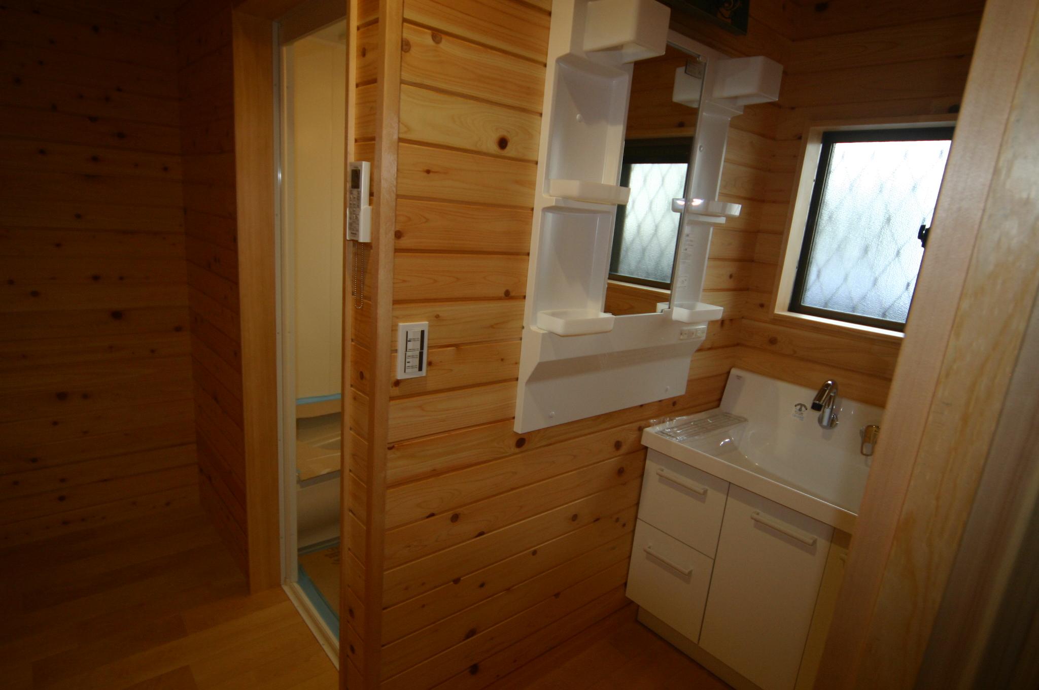 浴室、洗面室は床壁天井、全撤去して間取り変更しています