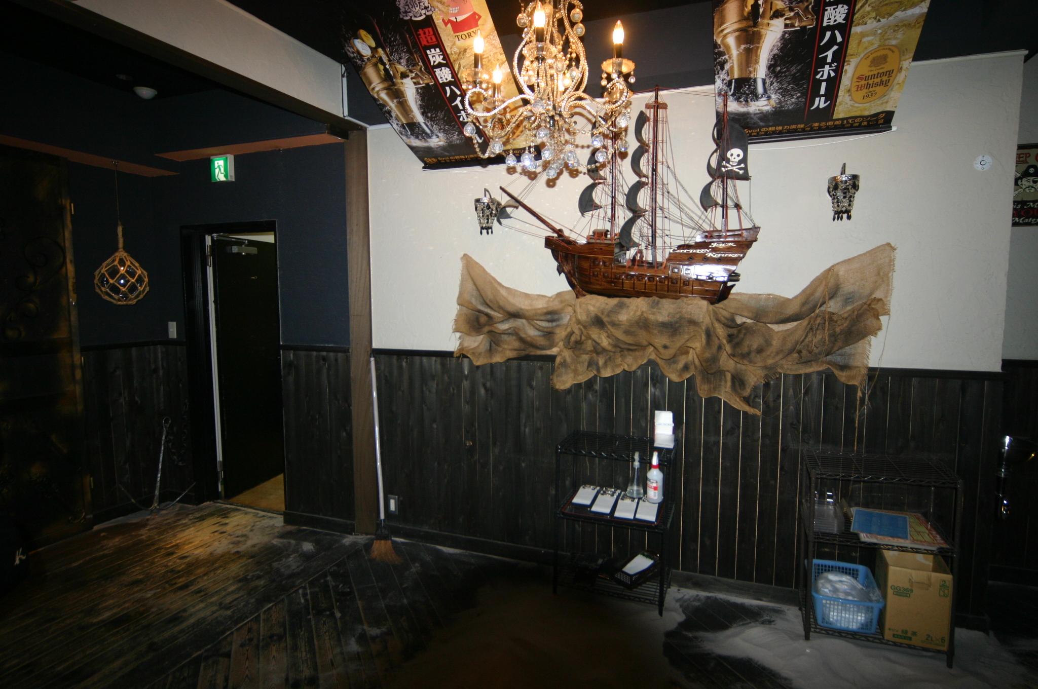 改修前の黒壁で暗い店内