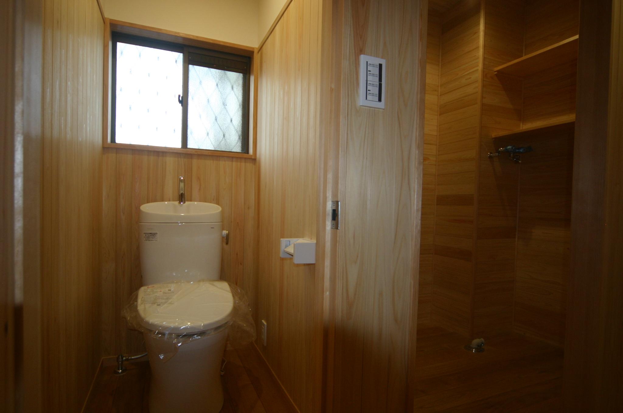トイレの床も湿気で臭いが染みついていたので全撤去