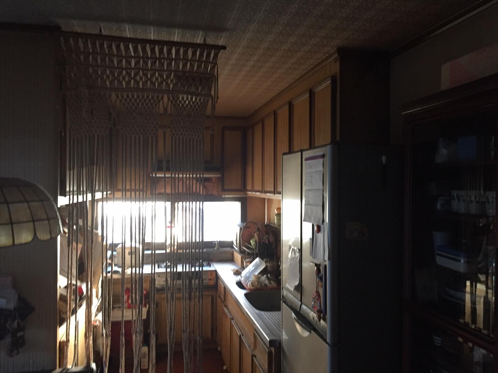キッチンは造り付の収納で間仕切りになっていました