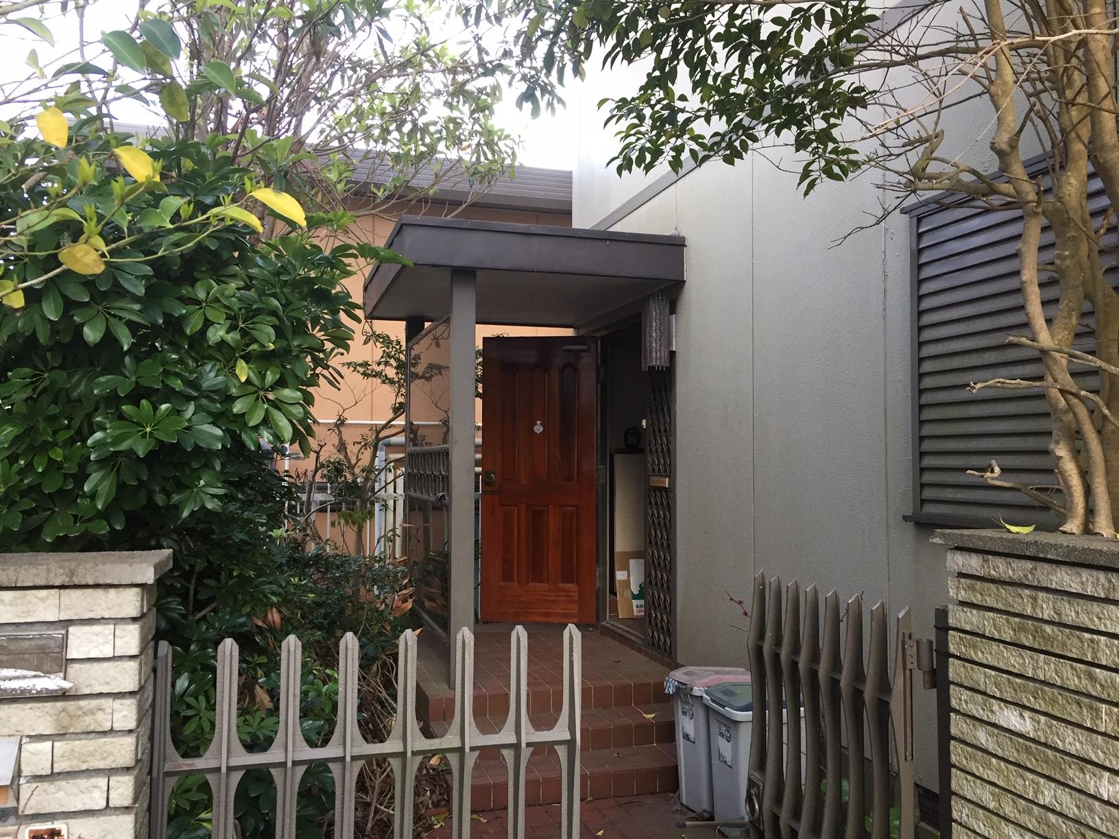 スチール枠に木製ドアの玄関は調整機能が無く閉まらない状態でした