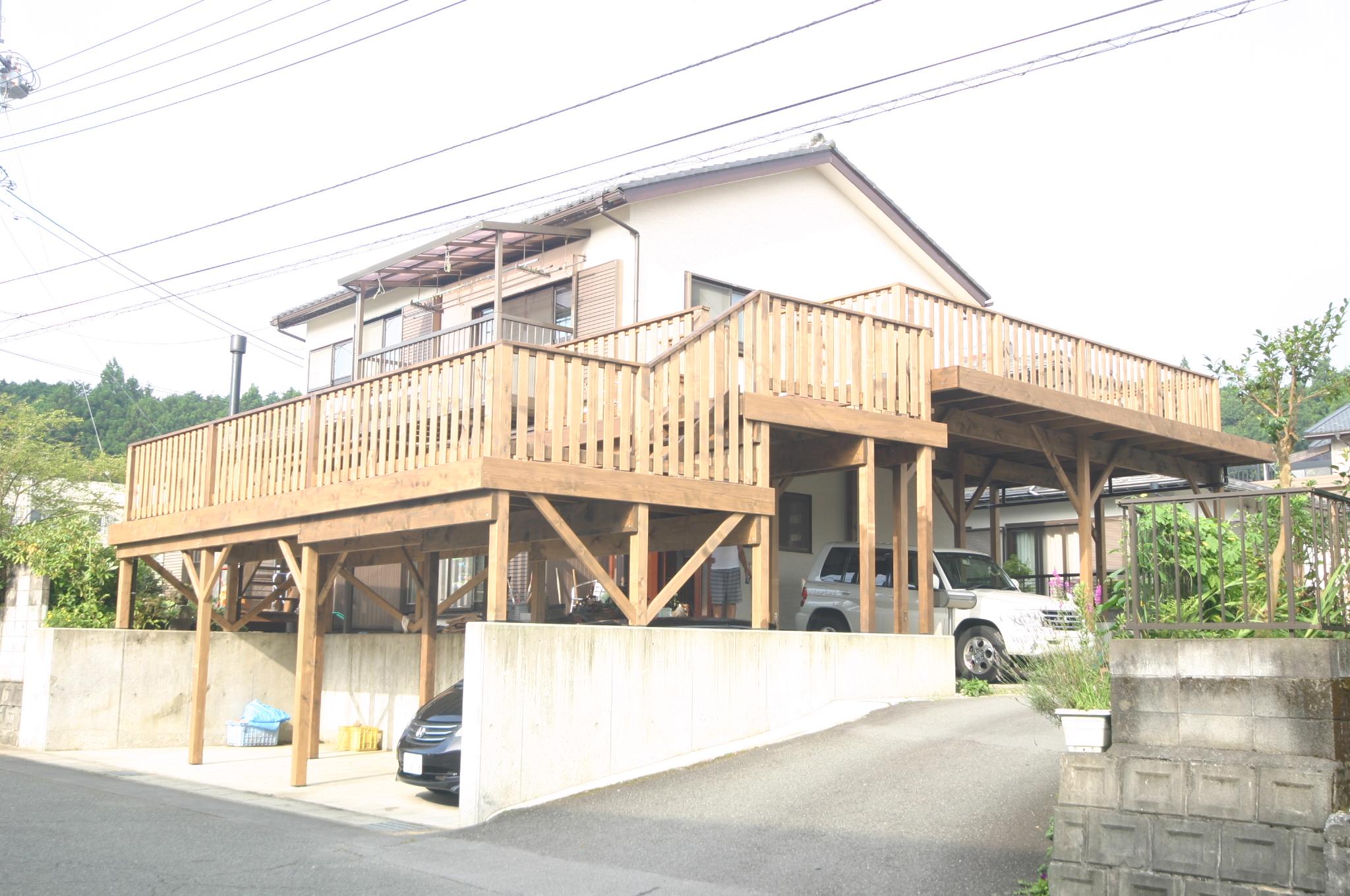 米ヒバ材で造った巨大デッキは屋根兼用