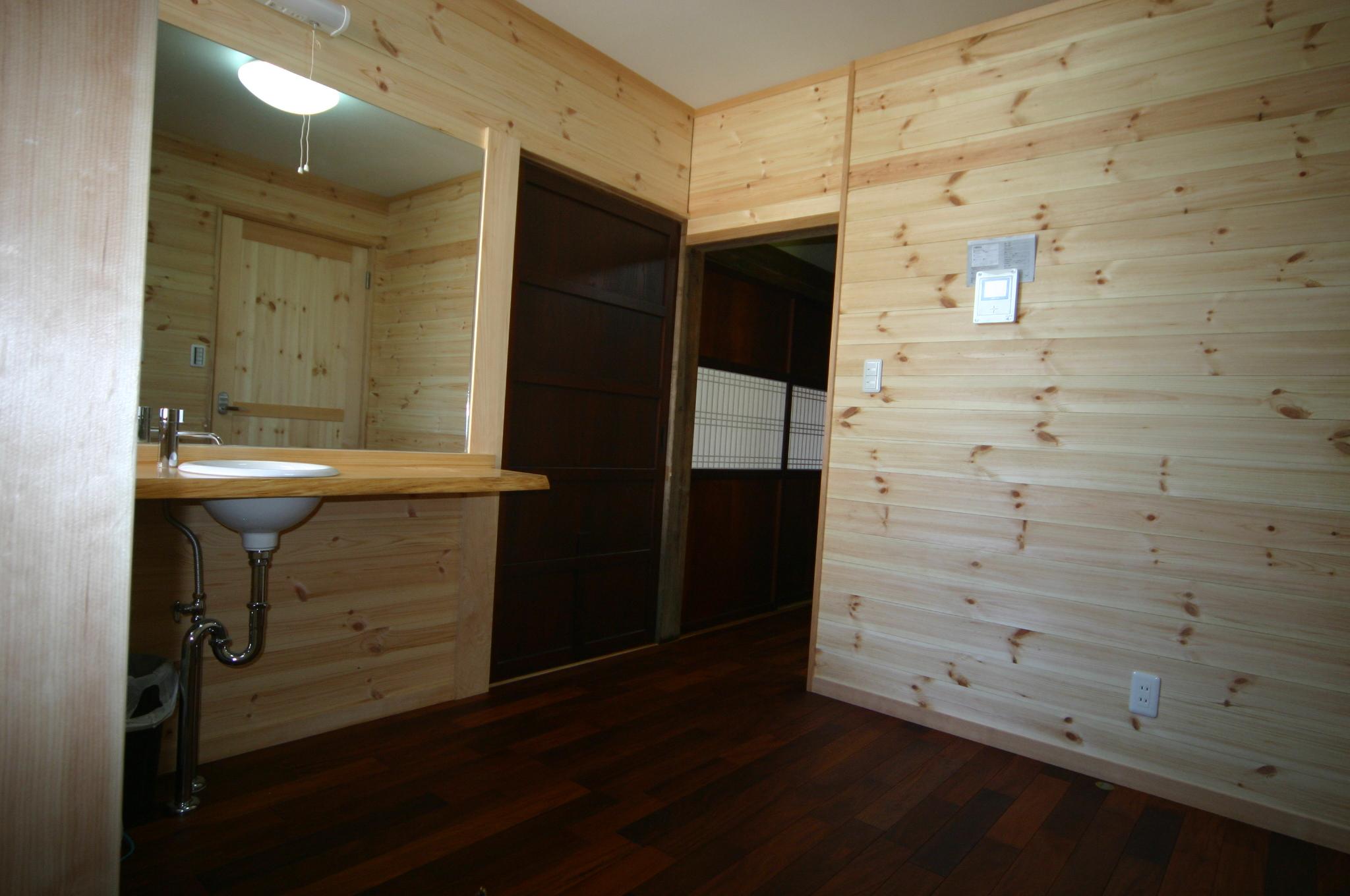 洗面室の建具は寸法加工をして古い建具を再利用