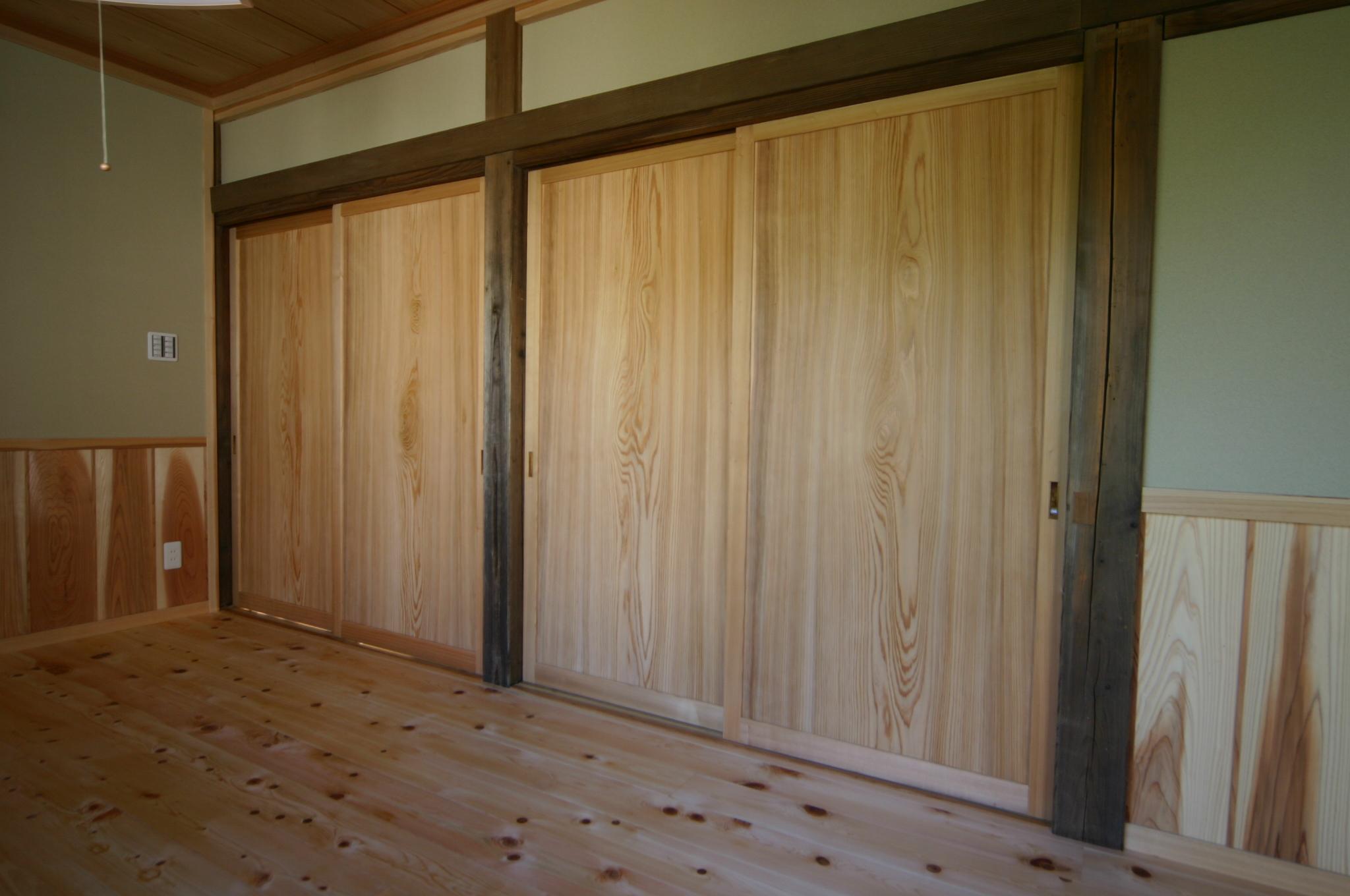 新規制作した帯戸は杉の共板で制作