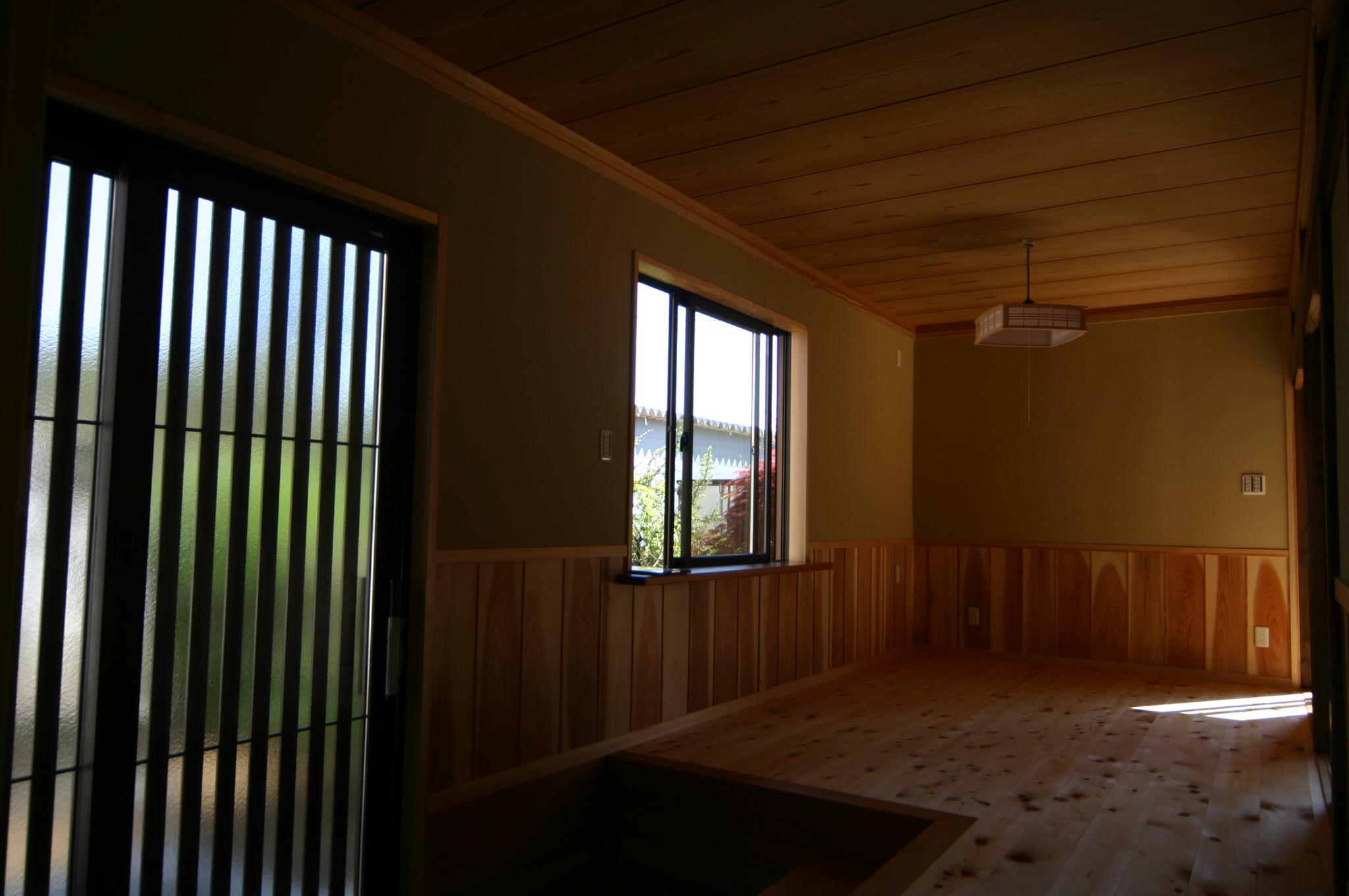 玄関ホール床は桧節板張りに杉板