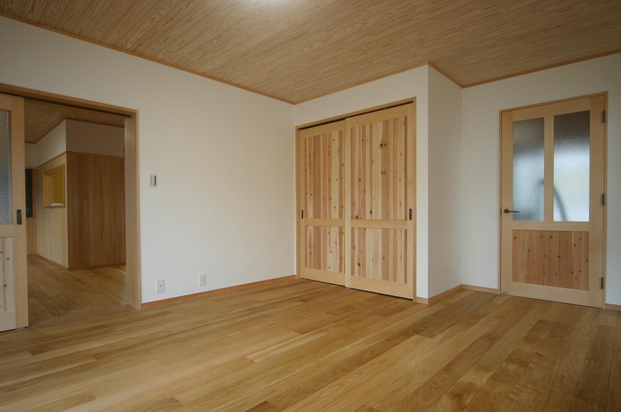 床はホワイトオークのオイル仕上げ、壁は漆喰で仕上げています