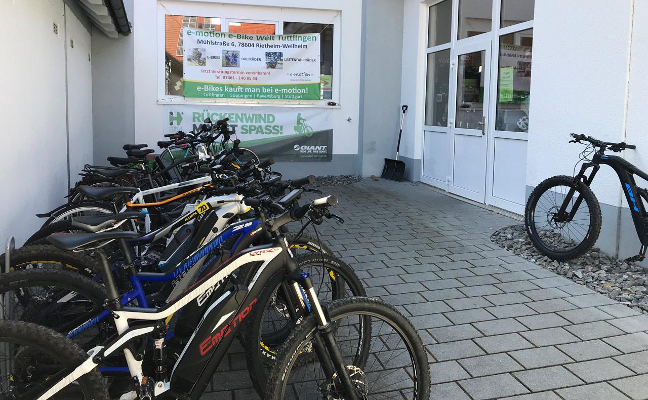 Der Service-Eingang mit unserer Testbike Flotte