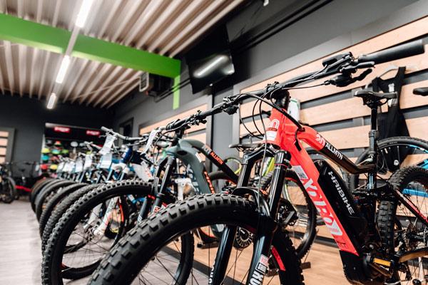 Unsere e-MTBs in der e-motion e-Bike Welt Harz
