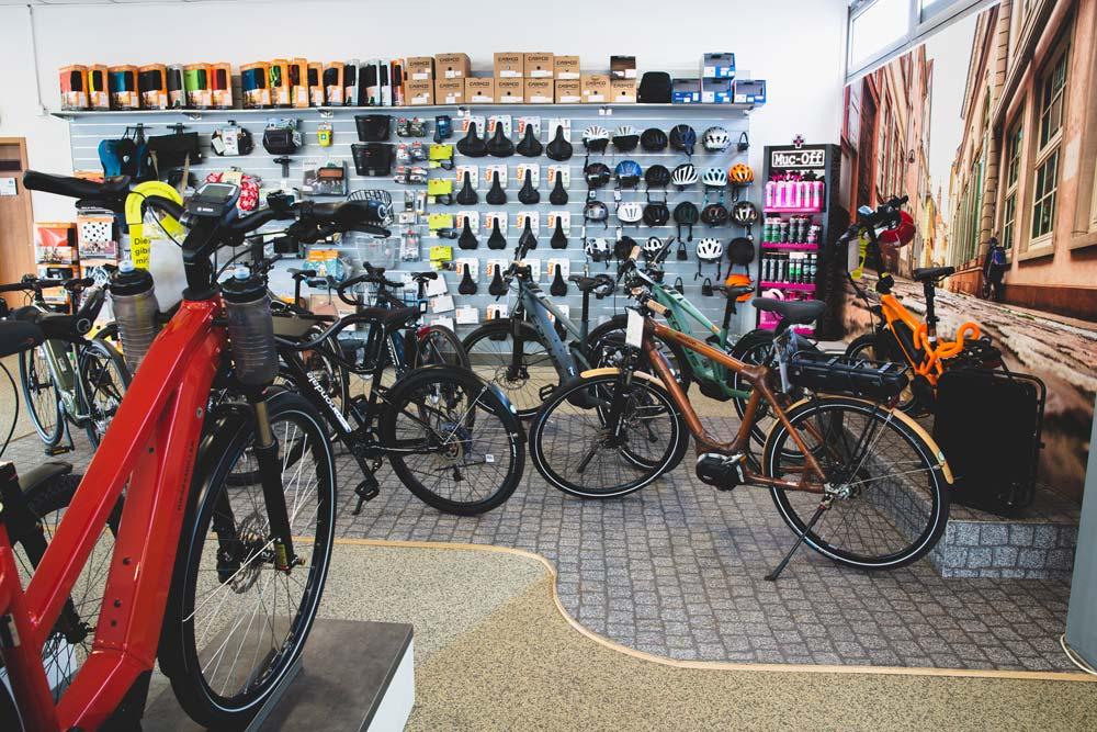 Ob Helm, Fahrradkorb oder Biketaschen – das passende e-Bike Zubehör finden Sie bei uns!