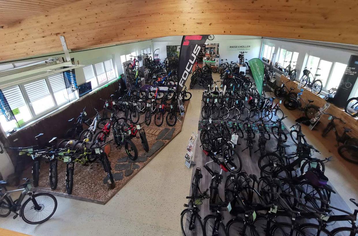 Unsere riesige Auswahl an e-MTBs, City e-Bikes und Trekking e-Bikes auf einen Blick!