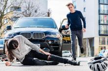 Mann hilft verletzter Radfahrerin