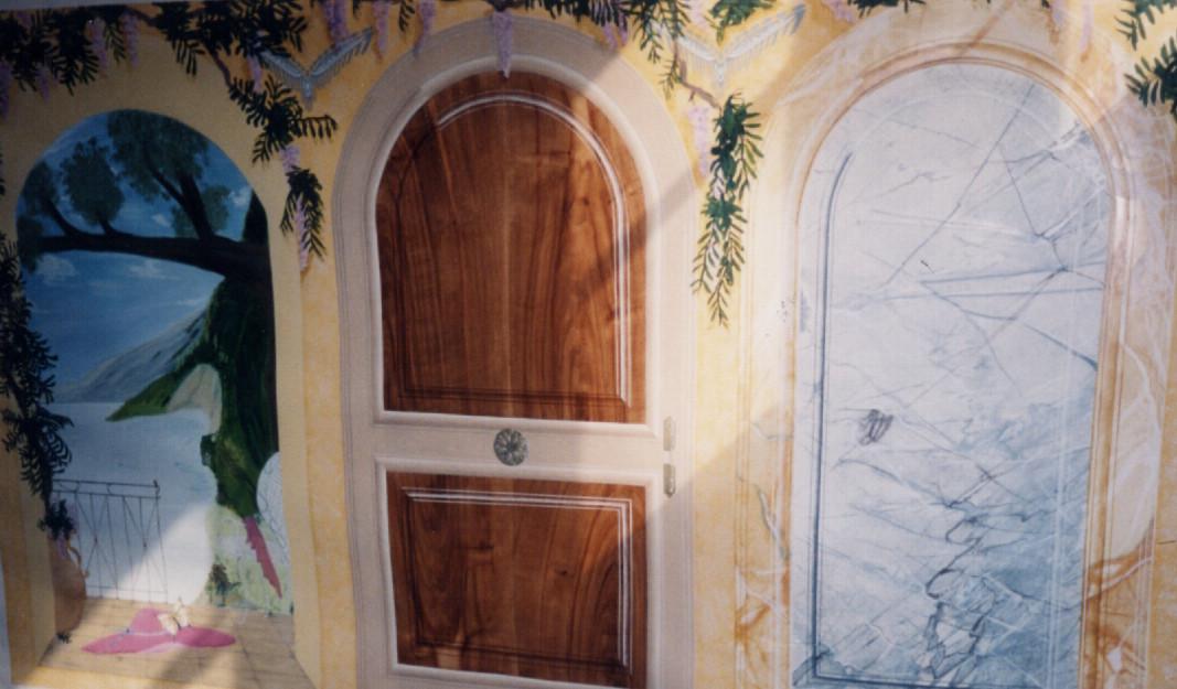 Trompe l'œil d'une porte en noyer et panneaux de marbres avec décors floraux