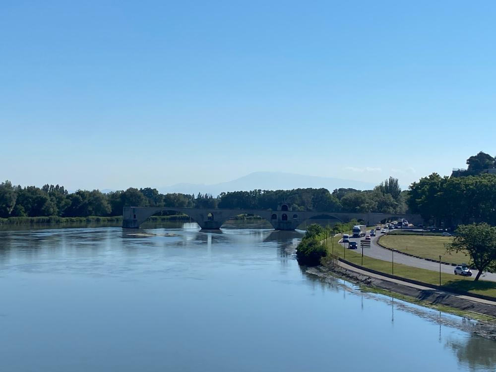 🎶 sous le Pont d'Avignon, lä lä lä lä läää läää🎵