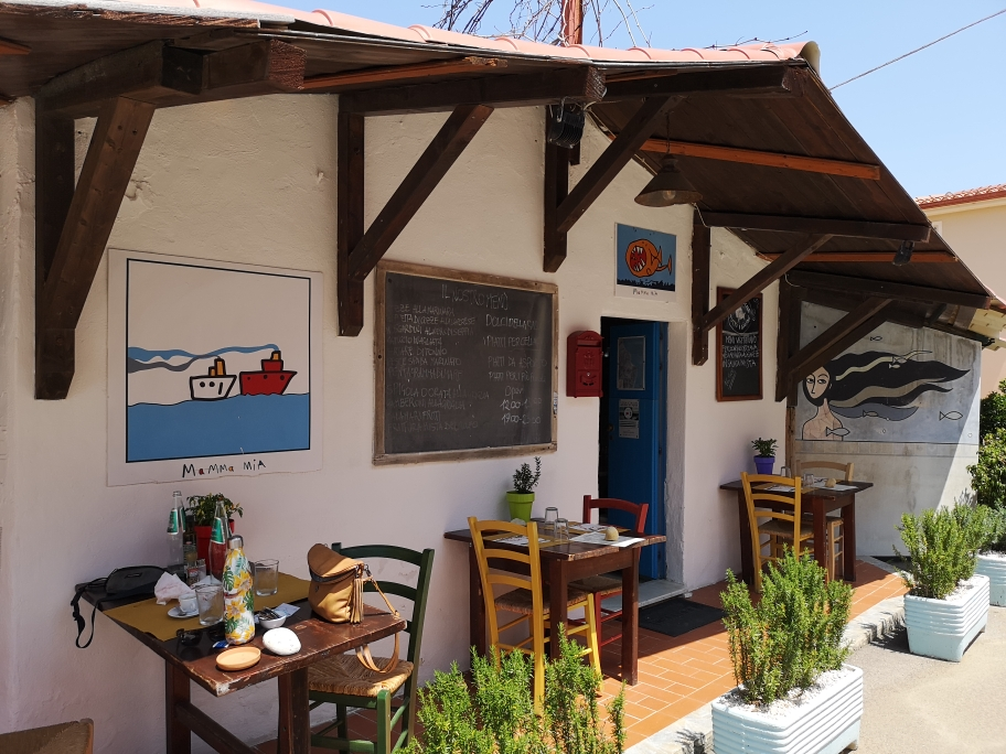 Traditioneller lunch in Santa Lucia auf dem westlichen Weg in den Süden.