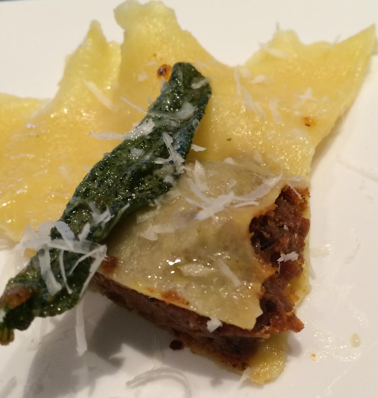 Mit Parmesan bestreuen und in viel Butter gebratenen Salbei-Blättchen belegen