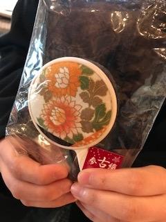 初参加の女子大生はWWF Japanの会員でいらっしゃいます。バーターと同時にぱっと手に取ったのはこの手鏡☆こういうのを探していたそうです☆彡これから社会人としてさっそく重宝しますね♪