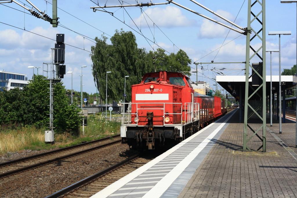 298 307 mit kurzem Güterzug und neuem Geländer in Brandenburg Hbf
