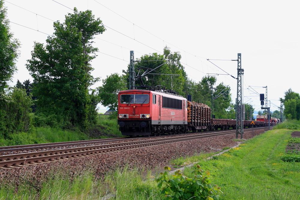 155 068 mit der Übergabe aus Freiberg am BÜ Colmnitz