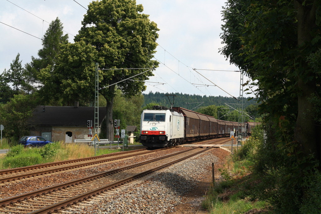 186 138 mit Papierzug am BÜ Colmnitz