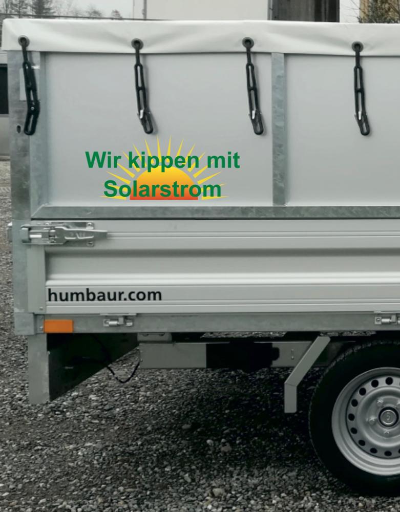Die Hydraulik unseres 3 Tonnen Kippanhängers wird mit Batterie betrieben welche mit Solarstrom geladen wird.