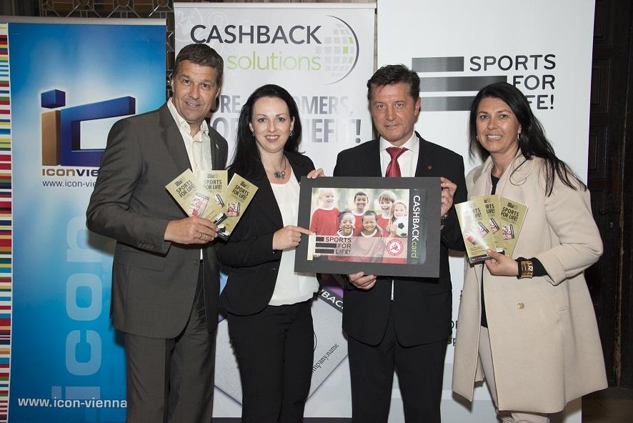 Gernot Zirngast (VdF), Heidi Kipperer (Lyoness), Gerhard Hrebicek (European Brand Institute) und Renate Altenhofer (maX iconvienna) mit der SFL! Cashbackcard