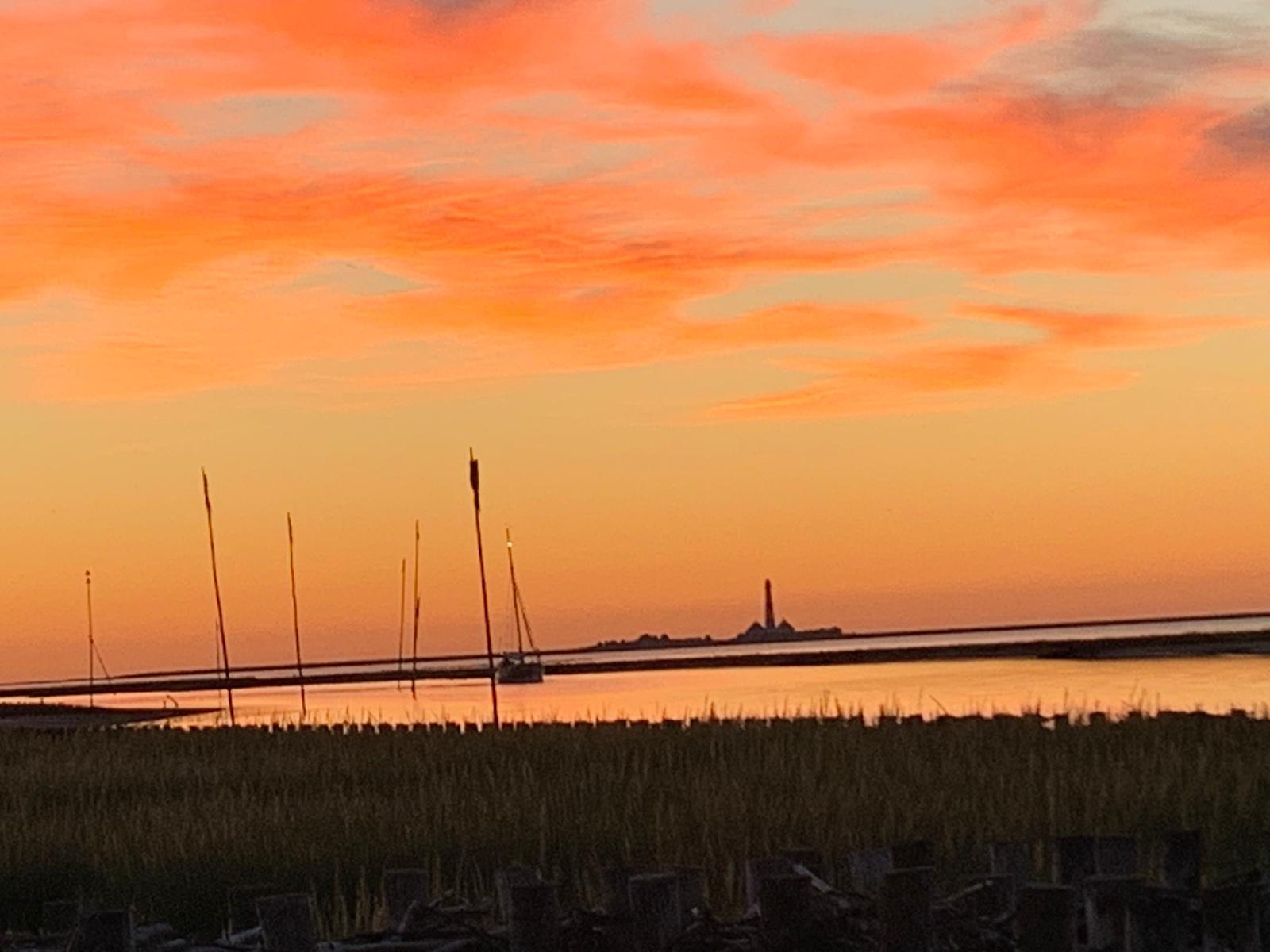 Sonnenuntergang am Hafen mit Blick auf den Westerhever Leuchtturm