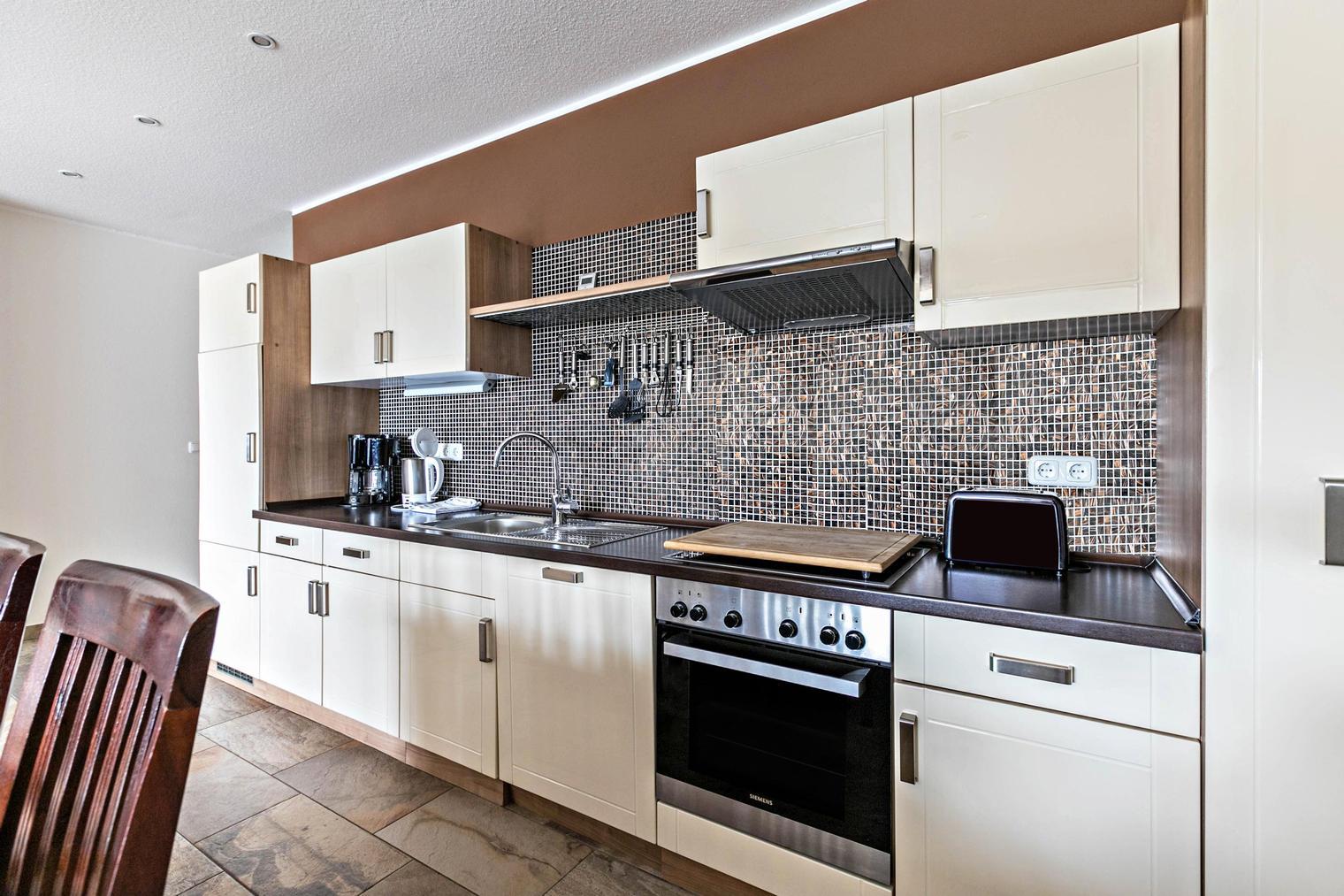 Moderne Küche in der barrierefreien FeWo im Bauernhaus bei SPO