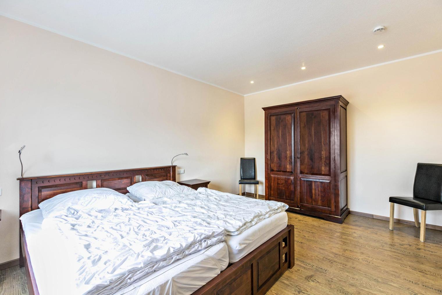 Schlafzimmer mit Arkazienholz in der barrierefreien Ferienwohnung