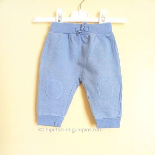 vetement occasion bébé. Pantalon jogging bleu ciel pas cher pour galopins de 6 mois.