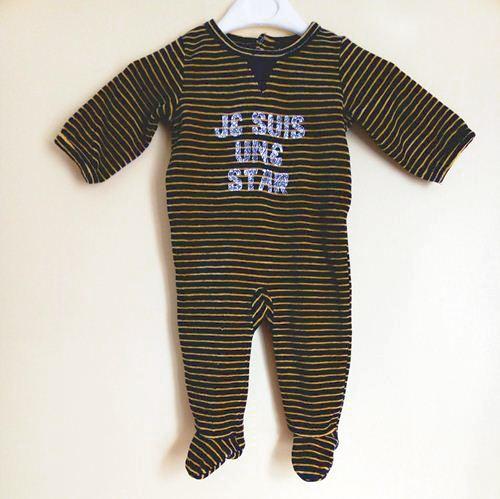 vetements bébé occasion. vetements bébé pas chers. Pyjama velours rayé bleu marine et jaune pas cher pour bébé garçon de 3 mois de chez Tape à l'œil.