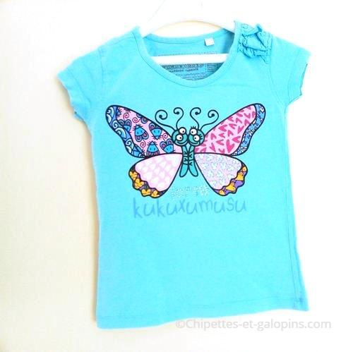 Vetement fille d'occasion. Vetements enfants pas chers. T-shirt turquoise motifs papillon pour fille 2/3 ans marque kukuxumusu