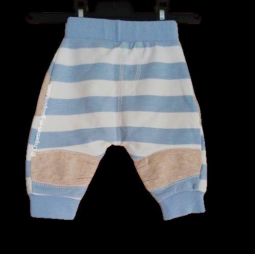 vetements bébé garçon pas chers. Vetements bébé occasion. Pantalon rayé bleu et blanc avec motif museau animal au niveau du postérieur. Bébé garçon 3 moisgarçon 3 mois