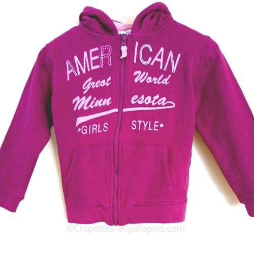 vetement occasion enfants. vetements enfants pas chers. Veste de sport à capuche pas chère de couleur aubergine avec texte rose et sequins pour fille 8 ans