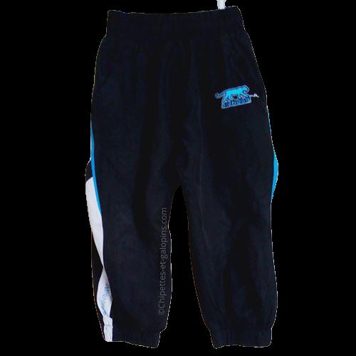 vetement occasion enfant. Vetements enfants pas chers. Pantalon de sport Airness pour garçon de 3 ans de couleur noir avec bandes bleues et blanches. A petit prix