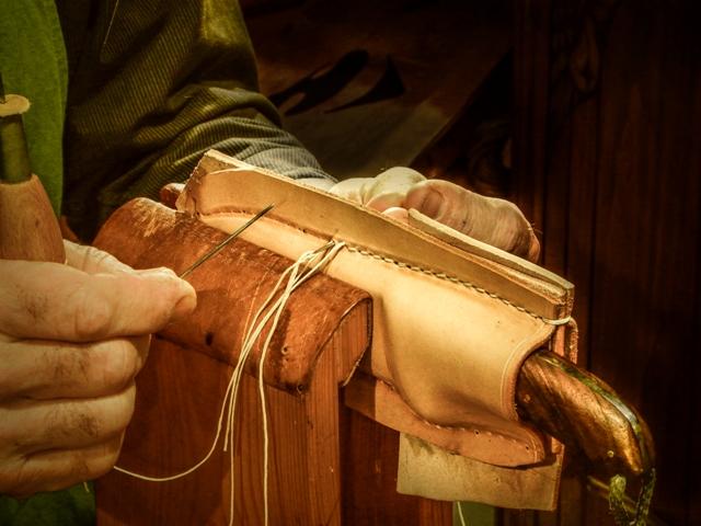 Couture au point sellier qui dissimule les trous de clous