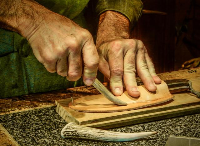 Moulage du cuir humide sur le couteau