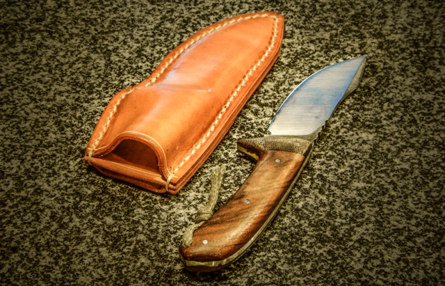L'étui a la forme du couteau